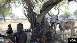 Warga Sudan selatan yang mengungsi akibat konflik antar suku, beristirahat di Pibor, negarabagian Jonglei (5/1).