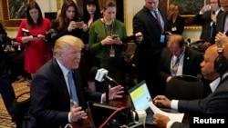 آقای ترامپ از زمان انتخابات برخی رسانه های منتقد خود را «فیک نیوز» یا خبر جعلی نامید.