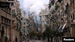 Bangunan yang hancur akibat pertempuran di distrik Zamalka, pinggiran Damaskus (foto: dok).