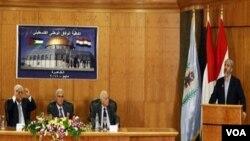 Pemimpin Hamas, Khaled Mashaal (kanan) memberikan pidato, sementara Presiden Mahmoud Abbas dan para pejabat Mesir mendengarkan di Kairo, Rabu (4/5).