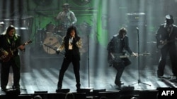 Alice Cooper ve grubu New York'ta bir Rock and Roll konserinde