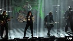 Alice Cooper ve grubu New York'ta bir Rock and Roll konserinde
