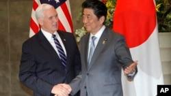 El vicepresidente Mike Pence es recibido por el primer ministro japonés, Shinzo Abe, en Tokio, el 7 de febrero.