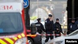 پلیس در ورودی موزه لوور