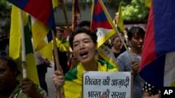 流亡藏人在新德里举行示威支持印度在洞朗与中国军队的对峙。 (2017年8月11日)