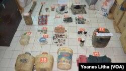 Barang bukti berupa bahan pembuatan bom oleh kelompok Santoso yang diamankan Polisi di perkebunan warga di Desa Labuan, Kecamatan Lage Kabupaten Poso. (Foto: VOA/Dokumen Polres Poso)