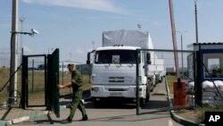 俄罗斯边界保安人员为俄罗斯开赴乌克兰的开卡车开门