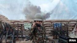 İRNA agentliyinin fotosundakı bu uşaq İranın düşmənlərinə qarşı müharibə aparmaq taktikasını öyrənir
