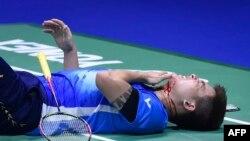 Pebulu tangkis Malaysia Teo Ee Yi terbaring setelah dagunya terluka saat laga menghadapi ganda putra Jepang Takeshi Kamura dan Keigo Sonoda di Piala Sudirman di Nanning, China, 24 Mei 2019.