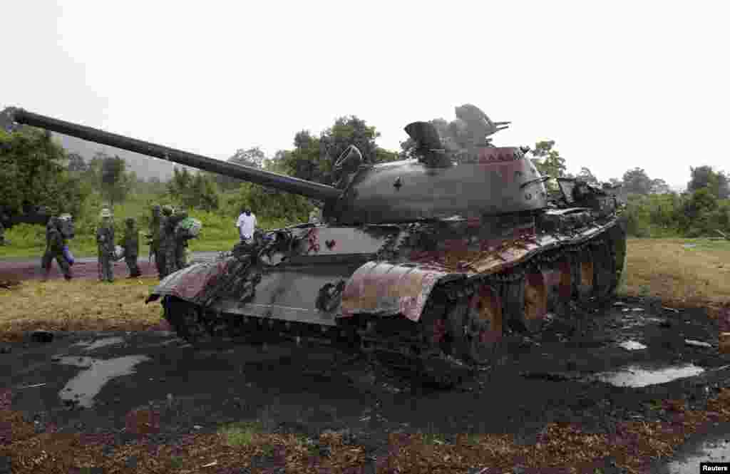 An abandoned M23 rebel tank, destroyed by Congolese soldiers, is pictured near the Rumangabo military base, formerly held by the rebels, north of Goma, Oct. 28, 2013.