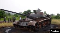 Sebuah tank milik M23 yang dihancurkan oleh tentara Kongo terlihat di dekat basis militer Rumangabo, bagian utara Goma yang semula menjadi basis pemberontak, 28 Oktober 2013 (Foto: dok).