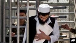 عکس آرشیف - یک زندانی افغان هنگام ترک زندانی در ولایت پروان