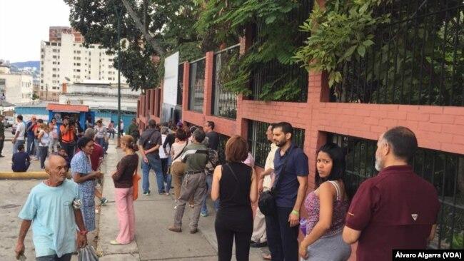 Filas de ciudadanos venezolanos para jornada de votaciones municipales. 10 de diciembre de 2017