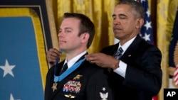 "Presiden AS Barack Obama (belakang) menganugerahkan ""Medal of Honor"" kepada Edward Byers di Washington DC, hari Senin (29/2)."