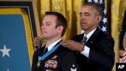 پس از جنگ ویتنام این نخستین سرباز نیروی ویژۀ قوای بحری امریکا است که در قید حیات مدال افتخار را می گیرد.