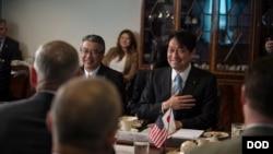 日本防卫大臣小野寺五典(右一)2018年4月20日访问五角大楼(美国国防部照片)
