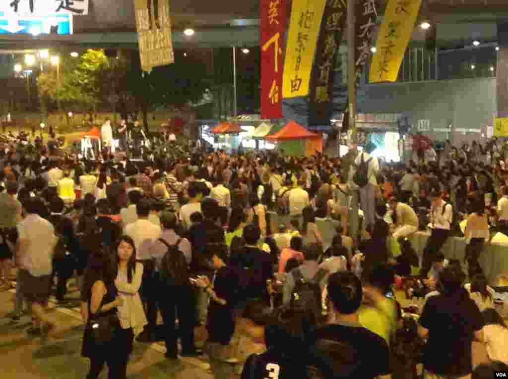 香港学联不满政府搁置对话(美国之音海彦拍摄)