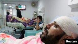 爆炸中傷者被送到醫院治療