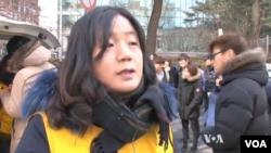 Người tổ chức biểu tình Yoon Mi-hyang, thuộc Hội đồng Triều Tiên Tranh đấu cho Phụ nữ bị Nhật Bản bắt làm nô lệ tình dục cho quân đội, nói rằng họ đã biểu tình trong một phần tư thế kỷ.