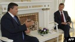 Ліворуч: президент України Віктор Янукович під час зустрічі з президентом Росії Дмитром Медведєвим