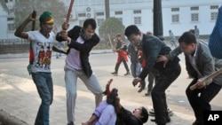 İktidar partisi yanlılları başkent Dakka'da bir muhalefet destekçisini döverken