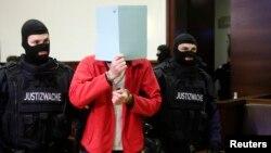Avstriya polisləri 30 yaçlı çeçen Maqomed Z-ni məhkəməyə gətirirlər. Rəsmilər onu 2013-cü ildə İŞİD sıralarında savaşmaqda ittiham edir.