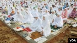 Warga Muhammadiyah melaksanakan shalat Idul Fitri pada hari Selasa, 30 Agustus 2011, atau sehari lebih dulu dari hari raya yang ditetapkan pemerintah Indonesia (foto: dok.).