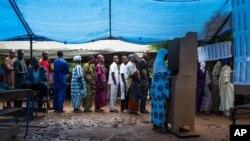 Une Malienne vote à un bureau électoral à Bamako, Mali, le 11 août 2011.