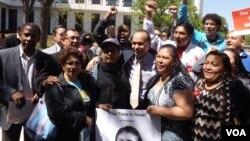 El congresista Luis Gutiérrez se unió a familias inmigrantes para abogar por la reforma migratoria integral. [Foto: Mitzi Macias, VOA].