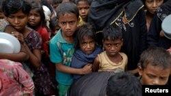 Anak-anak pengungsi Rohingya antri untuk mendapatkan makanan di kamp Tengkhali, dekat Cox's Bazar, Bangladesh (8/12).