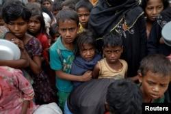 Rohingya refugees wait for food at Tengkhali camp near Cox's Bazar, Bangladesh, Dec. 8, 2017.