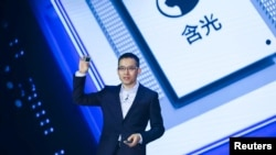 Alibaba's Chief Technology Officer (CTO) Jeff Zhang holds a new self-developed AI chip Hanguang 800 at the Alibaba Cloud Computing Conference in Yunqi of Hangzhou, Zhejiang province, China September 25, 2019. (REUTERS/Stringer)