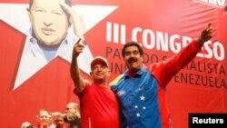 Tổng thống Venezuela Nicolas Maduro (phải) và ông Hugo Carvajil, tướng hồi hưu của Venezuela, dự hội nghị của đảng Xã hội ở Caracas Venezuela, 27/7/14. Ông Carvajil bị Hoa Kỳ truy tố về tội buôn ma túy