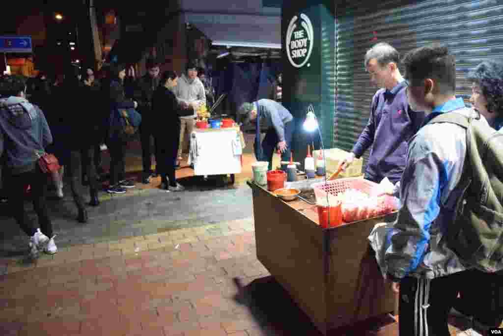 旺角衝突期間仍有熟食小販在一條內街擺檔。 (美國之音湯惠芸)
