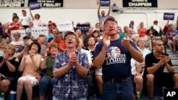 ພວກຜູ້ສະໜັບສະໜູນ ຜູ້ສະໝັກແຂ່ງເປັນປະທານາທິບໍດີ ຂອງພັກຣີພັບບລີກັນ ທ່ານ Donald Trump ພາກັນເຊຍ ໃນລະຫວ່າງການຢຸດແວ່ໂຄສະນາຫາສຽງ ຢູ່ທີ່ໂຮງຮຽນ ມັດຖະຍົມ Windham ໃນເມືອງ Windham ຂອງລັດ New Hampshire, ວັນທີ 6 ສິງຫາ 2016.