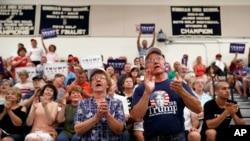 共和党候选人川普的支持者聚集在温汉姆郊区一所高中的集会上(2016年8月6日)
