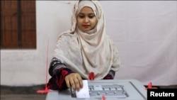 ڈھاکہ میں ایک خاتون ووٹ ڈالتے ہوئے
