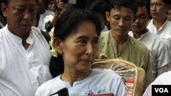 Aung San Suu Kyi saat berkunjung ke kantor partainya, Liga Nasional untuk Demokrasi di Rangoon hari Jumat.