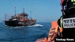 Korea Selatan lanjutkan razia kapal penangkapan ikan ilegal di perairan netral.