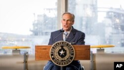 El gobernador de Texas, Greg Abbott, firmó una ley que prohíbe las llamadas ciudades santuarios en el estado.