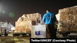 Un employé de l'UNICEF surppectant l'envoi de vaccins COVID-19 d'AstraZeneca à l'aéroport international de N'Djili, Kinshasa, 3 mars 2021.