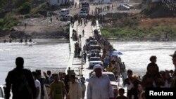 Izbjeglice prelaze sirijsko - iračku granicu,