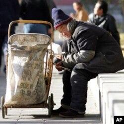 捡垃圾的老人