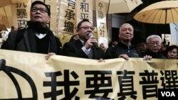 和平佔中三位發起人(左起)陳健民、戴耀廷、朱耀明到警察總部接受警方「預約拘捕」(美國之音記者湯惠芸拍攝)