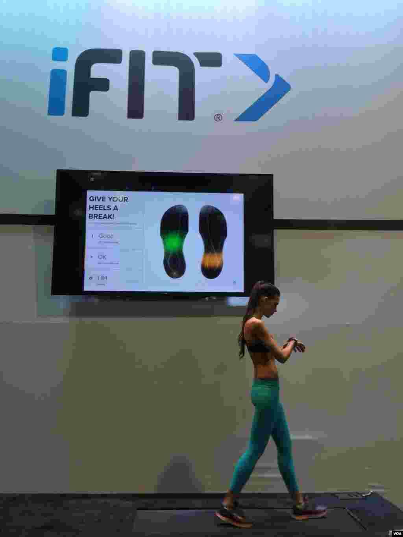 از بزرگترین نمایشگاه ابزار الکترونیکی مصرفی: شرکت آیفیت با بررسی فشار وارده روی کف پا، به کاربر بصورت آنی اطلاع میدهد که راه رفتن او صحیح است یا خیر. گزارشهای بیشتر درباره نوآوری های این نمایشگاه را اینجا پی بگیرید.