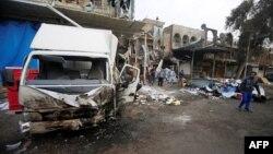 Gente se reunió en los alrededores del sitio de la explosión de un coche bomba en el barrio de Amil, en Bagdad, el martes, 21 de marzo, de 2017.