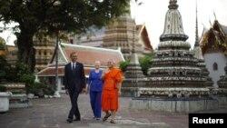 Tổng thống Obama và Bộ trưởng Ngoại giao Hillary Clinton thăm Tu viện Wat Pho Royal ở Bangkok, ngày 18/11/2012.
