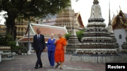 U.S. President Barack Obama and Secretary of State Hillary Clinton tour Wat Pho Royal Monastery in Bangkok, November 18, 2012.