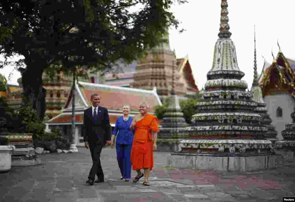 방콕의 왓포 사원을 안내받는 오바마 대통령과 힐러리 클린턴 미 국무장관.
