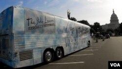 The John Lennon Educational Tour Bus, ketika melewati Washington, DC, dalam tur keliling AS tahun 2010 ini. Terlihat Gedung DPR AS di sebelah kanan foto.